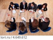 Бизнесмены на дедовой встрече, вид сверху. Стоковое фото, фотограф Андрей Попов / Фотобанк Лори
