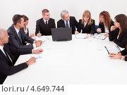Купить «Деловые люди на важном совещании за большим столом», фото № 4649744, снято 12 августа 2012 г. (c) Андрей Попов / Фотобанк Лори