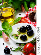 Купить «Оливки и оливковое масло. Концепция итальянской кухни», фото № 4650064, снято 17 мая 2013 г. (c) Наталия Кленова / Фотобанк Лори