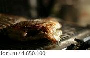 Купить «Рыбу сбрызгивают лаймом», видеоролик № 4650100, снято 25 марта 2013 г. (c) Данил Руденко / Фотобанк Лори