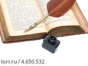 Купить «Новый Завет (старая версия), перо и чернила крупным планом», фото № 4650532, снято 20 мая 2013 г. (c) Ласточкин Евгений / Фотобанк Лори