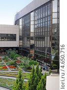 Купить «Внутренний дворик аэропорта Сочи», эксклюзивное фото № 4650716, снято 6 мая 2013 г. (c) Юрий Морозов / Фотобанк Лори