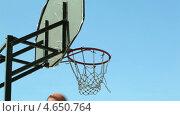 Купить «Игра в баскетбол», видеоролик № 4650764, снято 5 мая 2013 г. (c) Данил Руденко / Фотобанк Лори