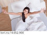 Купить «Красивая брюнетка проснулась и потягивается в кровати», фото № 4652900, снято 30 сентября 2012 г. (c) Андрей Попов / Фотобанк Лори