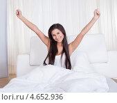 Купить «Красивая брюнетка проснулась и потягивается в кровати», фото № 4652936, снято 30 сентября 2012 г. (c) Андрей Попов / Фотобанк Лори