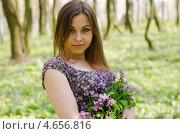 Портрет русоволосой девушки с букетом хохлатки. Стоковое фото, фотограф Mykhaylo Mykulyak / Фотобанк Лори