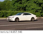 Купить «Белый Mersedes мчится по дороге», фото № 4657140, снято 21 мая 2013 г. (c) Павел Кричевцов / Фотобанк Лори