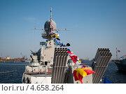 Военный корабль на празднике. Праздничные флаги. Орудия. Стоковое фото, фотограф Alioshin.aleksey / Фотобанк Лори