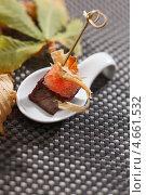 Канапе с мясом и грейпфрутом. Стоковое фото, фотограф Максим Шебеко / Фотобанк Лори