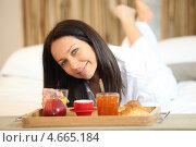 Купить «Брюнетка с завтраком в кровати», фото № 4665184, снято 28 февраля 2010 г. (c) Phovoir Images / Фотобанк Лори