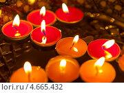 Купить «Свечи в воде», фото № 4665432, снято 31 декабря 2012 г. (c) Дмитрий Ковязин / Фотобанк Лори