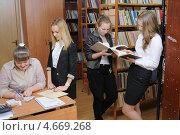 Купить «Ученики в школьной библиотеке», фото № 4669268, снято 23 апреля 2013 г. (c) Федор Королевский / Фотобанк Лори