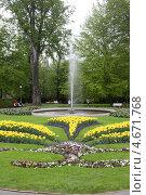 Клумба с фонтаном в весеннем парке, Прага, Чехия (2013 год). Редакционное фото, фотограф Юлия Кузнецова / Фотобанк Лори