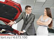 Купить «Консультант в автосалоне показывает покупательнице девушке машину», фото № 4673100, снято 18 мая 2013 г. (c) Дмитрий Калиновский / Фотобанк Лори