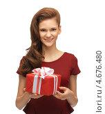 Купить «Счастливая девушка держит коробку с подарком в руках», фото № 4676480, снято 28 октября 2012 г. (c) Syda Productions / Фотобанк Лори