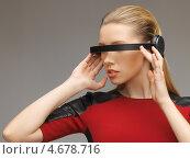 Красивая девушка в красном платье и футуристических солнцезащитных очках. Стоковое фото, фотограф Syda Productions / Фотобанк Лори