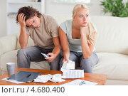 Купить «Мужчина подсчитывает что-то на калькуляторе и показывает расчеты своей жене, которая отвернулась от него», фото № 4680400, снято 15 июля 2011 г. (c) Wavebreak Media / Фотобанк Лори