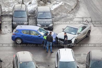 Купить «Водители легковых автомобилей с инспектором ГИБДД осматривают повреждения на месте ДТП», фото № 4681464, снято 26 марта 2013 г. (c) Кекяляйнен Андрей / Фотобанк Лори
