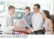 Купить «Менеджер в автосалоне общается с молодой семьёй с ребёнком», фото № 4682832, снято 18 мая 2013 г. (c) Дмитрий Калиновский / Фотобанк Лори