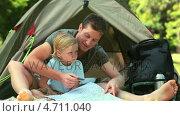 Купить «Father teaching his son to read a map», видеоролик № 4711040, снято 17 июля 2019 г. (c) Wavebreak Media / Фотобанк Лори