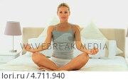 Купить «Lovely woman meditating in lottus position», видеоролик № 4711940, снято 26 марта 2019 г. (c) Wavebreak Media / Фотобанк Лори