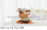 Купить «Cute blonde woman stretching herself», видеоролик № 4712140, снято 26 марта 2019 г. (c) Wavebreak Media / Фотобанк Лори