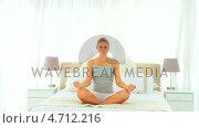 Купить «Blonde woman doing the lotus position», видеоролик № 4712216, снято 26 марта 2019 г. (c) Wavebreak Media / Фотобанк Лори
