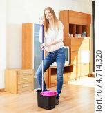 Купить «Молодая женщина моет пол в комнате», фото № 4714320, снято 22 мая 2013 г. (c) Яков Филимонов / Фотобанк Лори