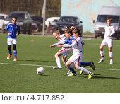 Купить «Мальчики играют в футбол», фото № 4717852, снято 6 мая 2013 г. (c) Михаил Грушин / Фотобанк Лори