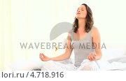 Купить «Pretty woman doing yoga », видеоролик № 4718916, снято 26 марта 2019 г. (c) Wavebreak Media / Фотобанк Лори