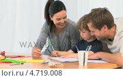 Купить «Parents looking at their son drawing», видеоролик № 4719008, снято 23 августа 2019 г. (c) Wavebreak Media / Фотобанк Лори