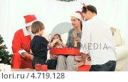 Купить «Family with Santa Claus», видеоролик № 4719128, снято 17 июля 2019 г. (c) Wavebreak Media / Фотобанк Лори