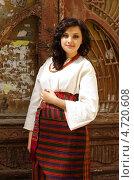 Портрет красивой молодой брюнетки в традиционной украинской одежде. Стоковое фото, фотограф Mykhaylo Mykulyak / Фотобанк Лори