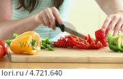 Купить «Close-up of a woman cutting vegetables in her kitchen», видеоролик № 4721640, снято 2 июля 2020 г. (c) Wavebreak Media / Фотобанк Лори