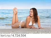 Купить «Симпатичная девушка в белом бикини позирует на пляже», фото № 4724504, снято 30 июня 2012 г. (c) Сергей Сухоруков / Фотобанк Лори