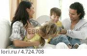 Купить «Family playing on the sofa», видеоролик № 4724708, снято 23 августа 2019 г. (c) Wavebreak Media / Фотобанк Лори