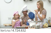 Купить «Family baking biscuits in the kitchen», видеоролик № 4724832, снято 28 января 2020 г. (c) Wavebreak Media / Фотобанк Лори