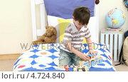 Купить «Little boy playing with a train in his bedroom», видеоролик № 4724840, снято 2 июля 2020 г. (c) Wavebreak Media / Фотобанк Лори