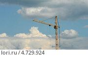Процесс работы строительного крана на фоне облачного неба. Time lapse. Стоковое видео, видеограф Soft light / Фотобанк Лори
