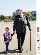 Купить «Мальчик с ветераном. 9 мая 2013 года», эксклюзивное фото № 4734108, снято 9 мая 2013 г. (c) Михаил Ворожцов / Фотобанк Лори