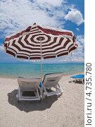 Шезлонги и зонтик на пляже. Стоковое фото, фотограф Дмитрий Лифанов / Фотобанк Лори