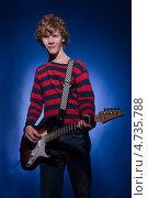 Юноша с электрогитарой на синем фоне. Стоковое фото, фотограф Дмитрий Лифанов / Фотобанк Лори