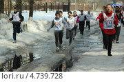 Пробег спортсменов зимой по лужам (2013 год). Редакционное фото, фотограф Геннадий чупругин / Фотобанк Лори