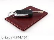 Купить «Права на автомобиль и ключ на белом фоне», фото № 4744164, снято 22 марта 2012 г. (c) Ирина Геращенко / Фотобанк Лори
