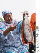 Купить «Женщина держит в руке разделанную свежую красную рыбу (лосось)», фото № 4744380, снято 1 июля 2012 г. (c) А. А. Пирагис / Фотобанк Лори