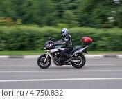 Купить «Мотоциклист мчится на высокой скорости по асфальтированной дороге», фото № 4750832, снято 10 июня 2013 г. (c) Павел Кричевцов / Фотобанк Лори