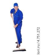 Счастливый веселый мужчина в синей робе подметает пол щеткой. Стоковое фото, фотограф Андрей Попов / Фотобанк Лори