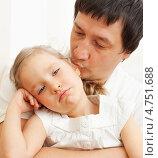 Купить «Папа жалеет грустную дочь», фото № 4751688, снято 10 января 2012 г. (c) Гладских Татьяна / Фотобанк Лори