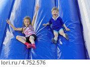 Купить «Веселые дети съезжают с надувной горки», фото № 4752576, снято 12 июня 2013 г. (c) Круглов Олег / Фотобанк Лори