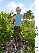 Купить «Подросток с лопатой в огороде», фото № 4753036, снято 9 июня 2013 г. (c) Землянникова Вероника / Фотобанк Лори